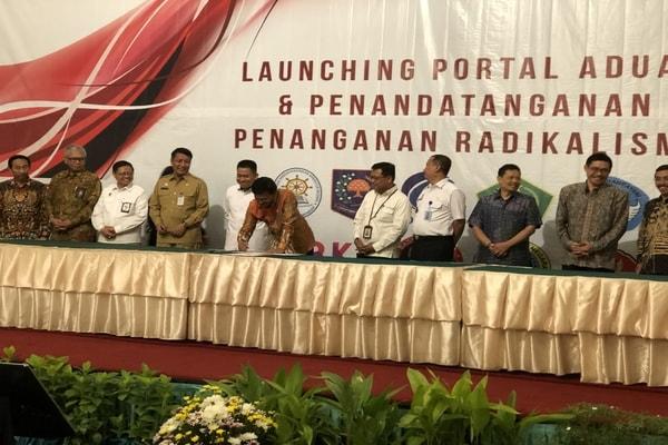 Menteri Komunikasi dan Informatika Johnny G. Plate ditemani dengan sejumlah kementerian, menandatangani penanganan radikalisme di kalangan ASN, Hotel Grand Sahid Jaya, Jakarta, Selasa (12/11/2019). - Bisnis/Leo Dwi Jatmiko
