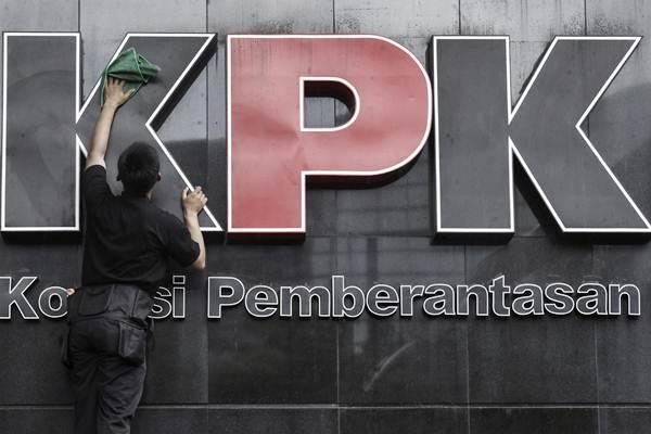 Pekerja membersihkan logo Komisi Pemberantasan Korupsi di gedung KPK, Jakarta, Senin (5/2). - ANTARA/Muhammad Adimaja