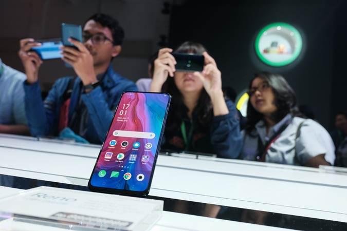 Pengunjung mencoba produk terbaru Oppo Reno di sela-sela peluncurannya di Jakarta, Senin (17/6/2019). - Bisnis/Felix Jody Kinarwan
