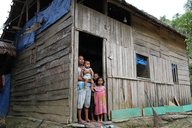 Darmayanti bersama tiga orang anak yang belum pernah mendapatkan bantuan apapun dari Dana Desa berada di pintu rumahnya di Desa Andobeu Jaya, Kecamatan Anggomoare, Kabupaten Konawe, Sulawesi Tenggara, Kamis (7/11/2019). -  ANTARA/Jojon