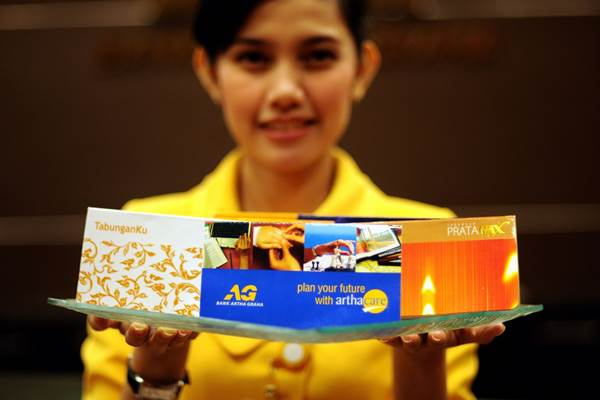 Ilustrasi karyawan Bank Artha Graha menawarkan produk/http:/ - bag.interaksi.web.id