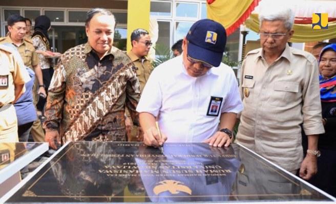 Dirjen Penyediaan Perumahan Khalawi Abdul Hamid menandatangani batu peresmian rusun di Sumatra Selatan pada Minggu (24/3/2019). - Dok. Kementerian PUPR