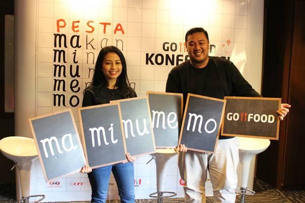 VP Corporate CommunicationsGo-Jek  Kristy Nelwan (kiri) berfoto dengan tulisan MaMiMuMeMo Go-Food usai melakukan konferensi pers di Denpasar, Selasa (13/11/2018). JIBI -  BISNIS/Ni Putu Eka Wiratmini