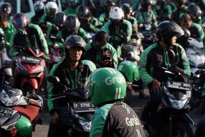 Pengemudi ojek online menunggu penumpang di dekat Stasiun Jakarta Kota, Jakarta, Kamis (11/7/2019). - Bisnis/Himawan L Nugraha