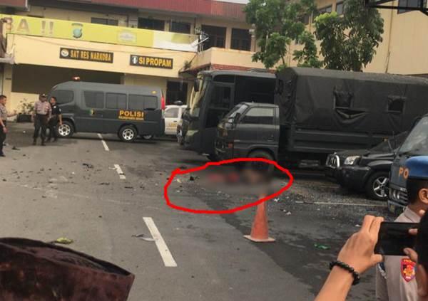 Jenazah seseorang yang tidak utuh lagi di lokasi peledakan bom bunuh diri di Polrestabes Medan - Istimewa
