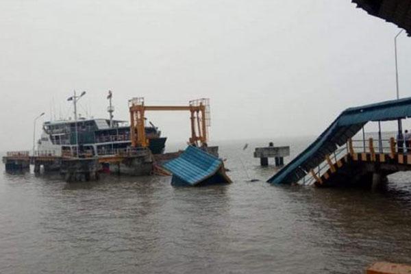 Jembatan penyeberangan ke kapal feri roro di Pelabuhan Buton, Siak, ambruk pada 17 September 2019. - Antara/Bayu Agustari Adha