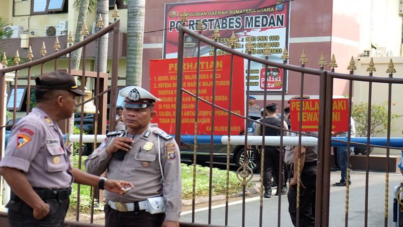 Polisi berjaga pasca bom bunuh diri di Mapolrestabes Medan, Sumut, Rabu (13/11/2019).  - Antara