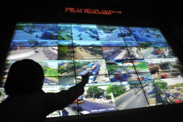 Petugas Dinas Perhubungan mengamati layar pantauan kamera CCTV saat memantau arus mudik jalur Pantura di kawasan Area Traffic Control System (ATCS). - Antara