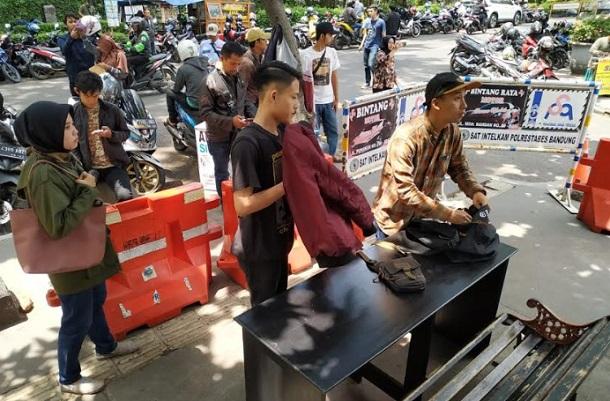 Keamanan di markas Kepolisian di Jawa Barat diperketat, terutama terhadap masyarakat yang hendak membuat SKCK. - Bisnis/Dea Andriyawan