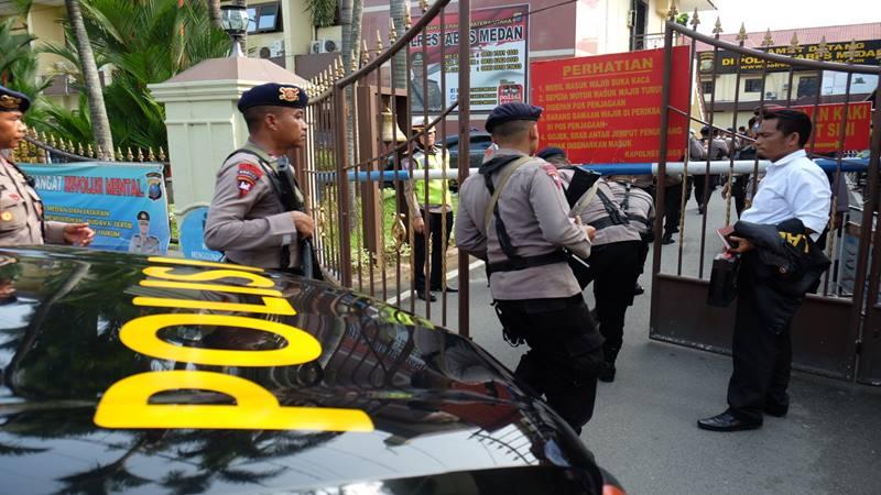 Polisi berjaga setelah terjadi aksi bom bunuh diri di Mapolrestabes Medan, Sumut, Rabu (13/11/2019). - Antara