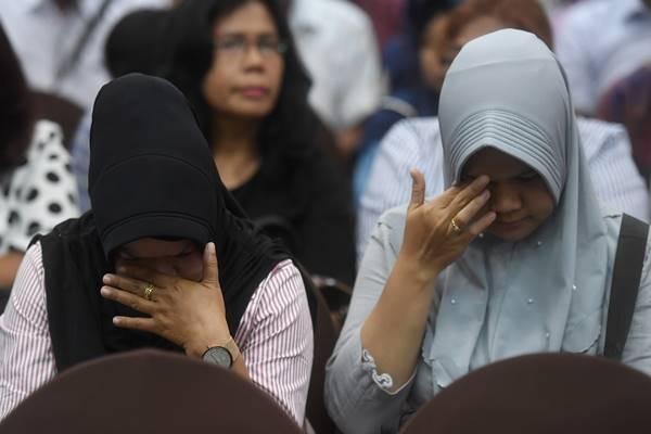 Keluarga korban jatuhnya pesawat Lion Air JT 610 menangis saat berlangsungnya sesi konferensi pers di Jakarta, Senin (5/11/2018). - Antara