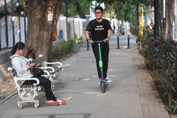 Pengguna jalan menggunakan otopet atau skuter listik di Jakarta - ANTARA FOTO/Akbar Nugroho Gumay