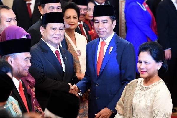 Presiden Joko Widodo (kedua kanan) didampingi Ibu Negara Iriana Joko Widodo (kanan) menyalami Menteri Pertahanan Prabowo Subianto seusai pelantikan menteri Kabinet Indonesia Maju di Istana Negara, Jakarta, Rabu (23/10/2019). - ANTARA FOTO/Wahyu Putro A