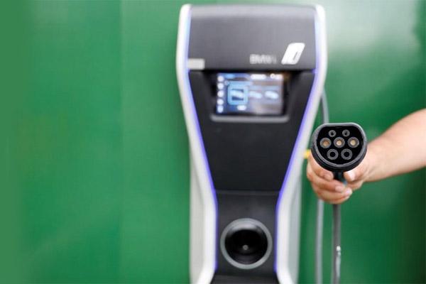 Ilustrasi charger untuk mobil listrik. - Reuters