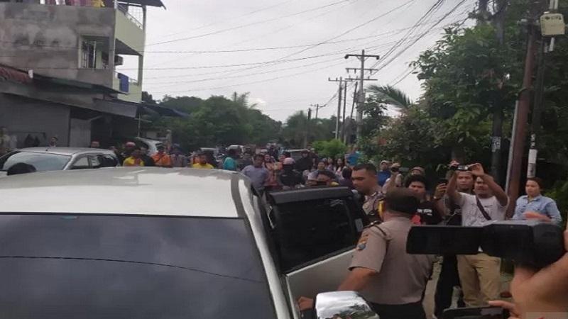 Petugas Kepolisian membawa empat orang dari hasil penggeledahan di rumah terduga pelaku bom bunuh diri di Polrestabes Medan. - Antara