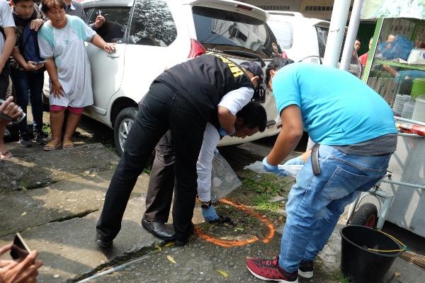 Petugas Labfor melakukan identifikasi pascabom bunuh diri yang dilakukan seorang pemuda, di depan Mapolrestabes, Medan, Sumatera Utara, Rabu (13/11/2019). - ANTARA FOTO/Irsan Mulyadi