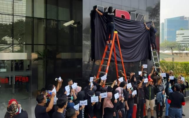 Karyawan di KPK menutup logo KPK dengan kain hitam beberapa waktu lalu sebagai bentuk protes atas revisi UU KPK. - KPK