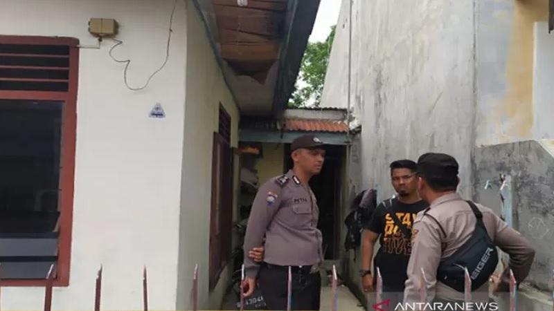 Polisi menggeledah rumah terduga bom bunuh diri di Mapolrestabes Medan, Rabu (13/11/2019). - Antara