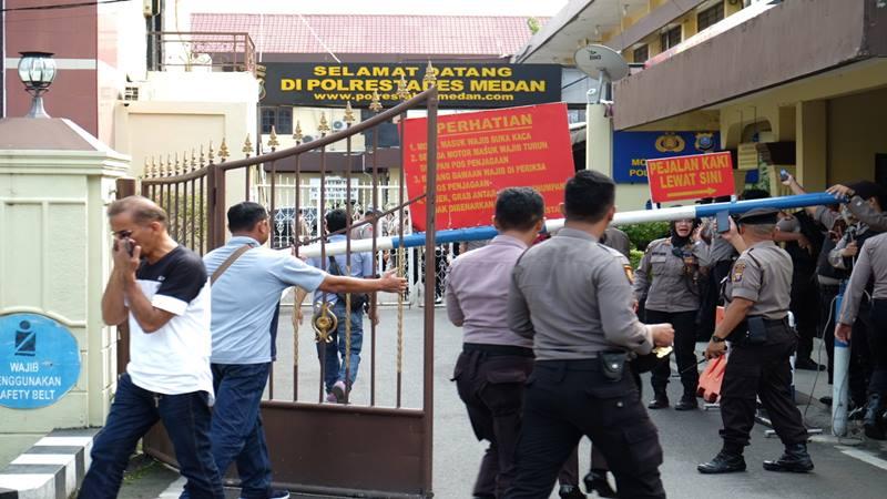 Polisi berjaga usai terjadi aksi bom bunuh diri di Mapolrestabes Medan, Sumut, Rabu (13/11/2019). - Antara