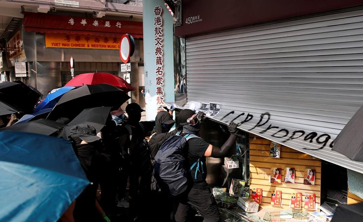 Demonstran anti-pemerintah merusak sebuah toko selama protes di Hong Kong, Cina, 20 Oktober 2019. - REUTERS/Umit Bektas