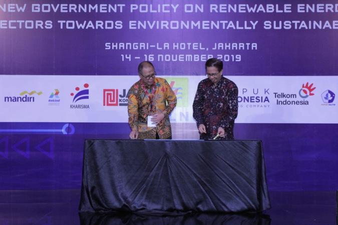 Direktur Teknologi Pupuk Indonesia M. Djohan Safri (kiri) menyerahkan bantuan renovasi ruang pelatihan dan sertifikasi kepada Rektor ITS Mochamad Ashari di Shangri-la Hotel Jakarta, Kamis (14/11/2019). Bisnis - Istimewa