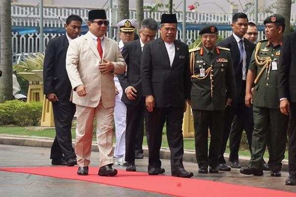 Menteri Pertahanan Prabowo Subianto (kedua kiri) berjalan bersama Menteri Pertahanan Malaysia Mohamad bin Sabu (kelima kiri) saat melakukan kunjungan ke Kementerian Pertahanan Malaysia, di Kuala Lumpur, Kamis (14/11/2019). Kunjungan tersebut merupakan kunjungan pertama kali Prabowo ke luar negeri semenjak dilantik sebagai Menteri Pertahanan pada 23 Oktober 2019. - ANTARA FOTO/Agus Setiawan