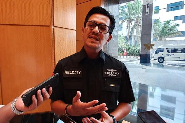 Ketua Asosiasi Perusahaan Penerbangan Nasional Indonesia (Indonesia National Air Carriers Association/INACA) Denon Prawiraatmadja sedang menjawab pertanyaan wartawan usaiForum Helikopter Indonesia, Kamis (14/11/2019). - Bisnis/Rio Sandy Pradana