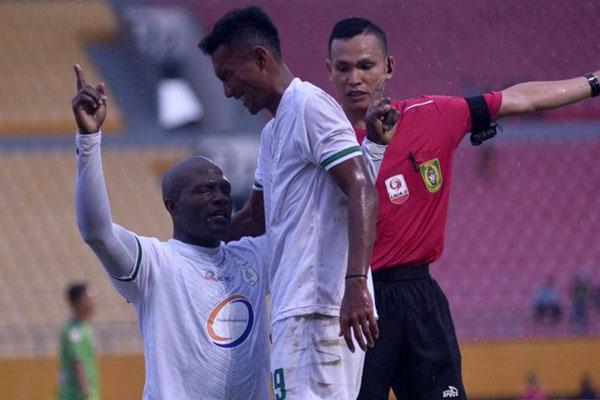 Pemain PSMS Medan Bruno Casimir (kiri) merayakan golnya ke gawang Martapura FC bersama Muhammad Renggur. - Antara/Mushaful Imam