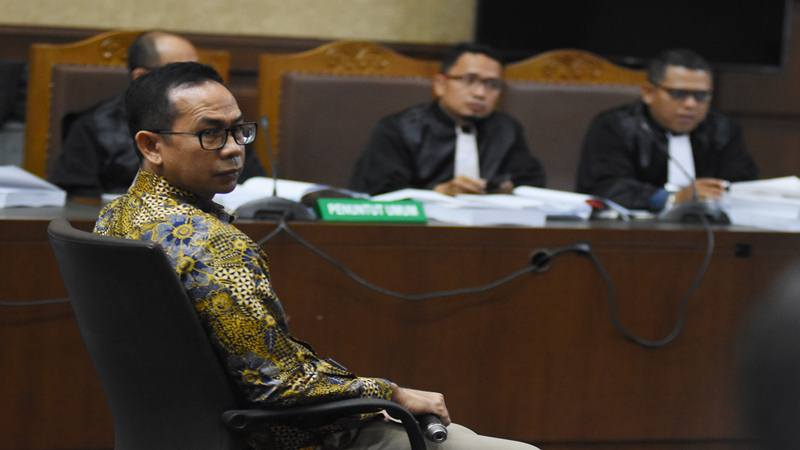 Terdakwa Tubagus Chaeri Wardana alias Wawan mengikuti sidang perdana dengan agenda pembacaan dakwaan atas kasus korupsi dan tindak pidana pencucian uang (TPPU) di Pengadilan Tipikor, Jakarta, Kamis (31/10/2019). - Antara