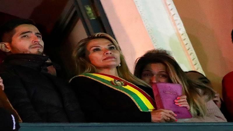 Presiden sementara Bolivia Jeanine Anez (tengah). - Reuters