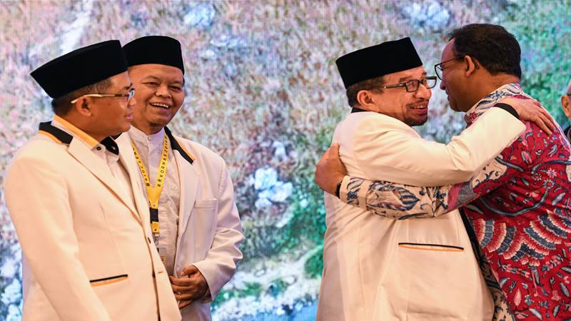 Ketua Majelis Syuro PKS Salim Assegaf Aljufrie (kedua kanan) berpelukan dengan Gubernur DKI Jakarta Anies Baswedan (kanan) disaksikan Presiden PKS Sohibul Iman (kiri) dan Wakil Ketua Majelis Syuro PKS Hidayat Nur Wahid, saat pembukaan Rapat Koordinasi Nasional (Rakornas) PKS 2019 di Jakarta, Kamis (14/11/2019). - Antara