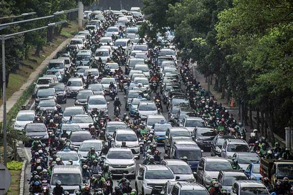 Kendaraan terjebak kemacetan di Jalan Casablanca Raya, Tebet, Jakarta, Jumat (12/1). - ANTARA/Aprillio Akbar