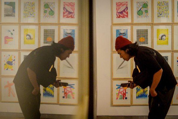Pengunjung mengamati karya seni rupa dalam pameran bertajuk Contemporary Drawing Expanded, rangkaian pameran Bekraf Creative Labs di Galeri Soemardja ITB Bandung, Jawa Barat - ANTARA FOTO/Raisan Al Farisi