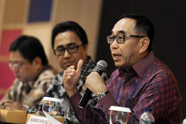 Ketua Asosiasi Perusahaan Pembiayaan Indonesia (APPI) Suwandi Wiratno (kanan) memberikan paparan dalam konferensi pers Fidusia dan Penerapannya di Jakarta, Rabu (5/9/2018). - JIBI/Felix Jody Kinarwan