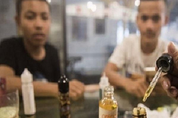 Pekerja meneteskan cairan rokok elektrik (vape) di Bandung, Jawa Barat. - Antara