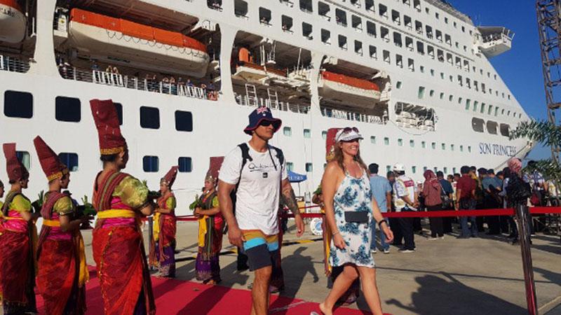 Wisatawan asing saat turun dari saat kapal pesiar Sun Princess Cruise di Pelabuhan Gili Mas, Lembar, Nusa Tenggara Barat, pada Selasa (5/11/2019). Wisatawan asing yang kebanyakan dari Australia ini berencana mengunjungi sejumlah destinasi wisata di Lombok. - Bisnis/Peni Widarti