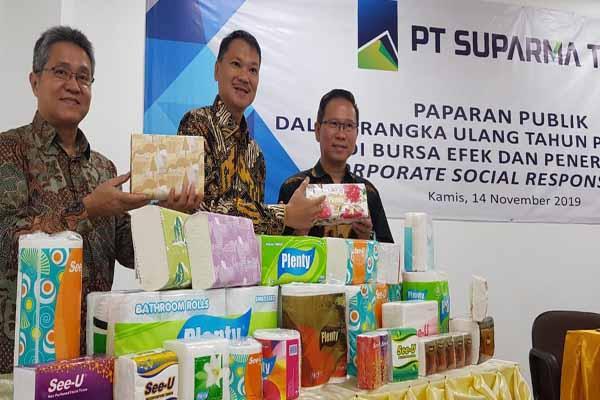 Direktur PT Suparma Tbk Hendro Luhur (tengah) saat memamerkan sejumlah produk tisu Suparma dalam RUPS, Kamis (14/11/2019) - Bisnis/Peni Widarti