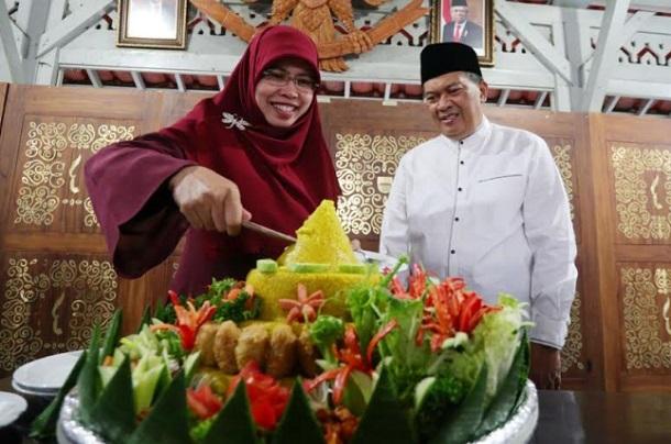 Oded M. Danial (kanan) merayakan ulang tahun ke-58 - Bisnis/Dea Andriyawan