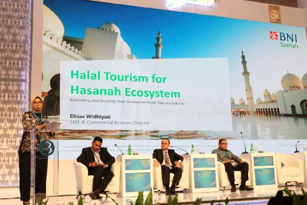 Direktur Bisnis SME & Komersial BNI Syariah, Dhias Widhiyati (paling kiri) ; Vice President Market Management Accommodation Traveloka, John Safenson (paling kanan) ; dan Ketua PPHI, Riyanto Sofyan (dua dari kanan) dalam acara Indonesia Halal Tourism Conference (IHTC) yang diinisiasi oleh Perkumpulan Pariwisata Halal Indonesia (PPHI) di Cendrawasih Room, JCC Senayan, Jumat (15 - 11).