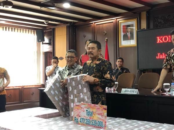 Kepala Kejaksaan Tinggi DKI Jakarta Warih Sadono (kiri, berkaca mata) mendampingi Jaksa Agung ST Burhanuddin (kanan, berbatik lengan panjang) saat konferensi pers eksekusi uang pengganti dari Kokos Jiang yang akan disetorkan ke Kas Negara - Bisnis/Sholahuddin Al Ayyubi