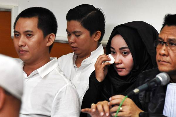 Pemilik biro perjalanan umrah First Travel, Andika Surachman (kiri), Anniesa Hasibuan (kedua kanan), dan Kiki Hasibuan (kedua kiri). - ANTARA/Indrianto Eko Suwarso