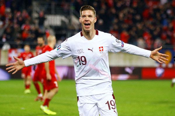 Gelandang Timnas Swiss Cedric Itten sekepas menjebol gawang Georgia. - Reuters/Arnd Wiegmann