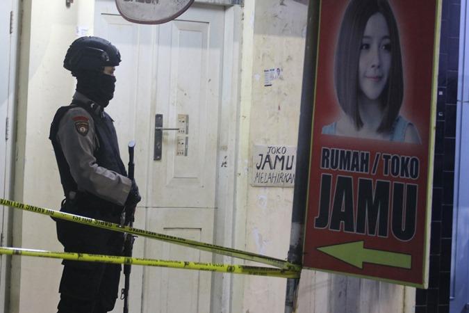 Petugas kepolisian berjaga saat penggeledahan sebuah ruko yang dihuni terduga teroris di Indramayu, Jawa Barat, Minggu (13/10/2019) malam. - Antara/Dedhez Anggara.
