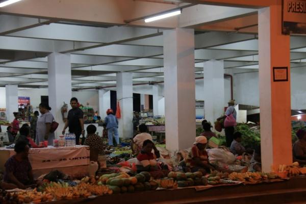 Suasana Pasar Mama-mama Papua di Jalan Percetakan Negara, Jayapura. Di pasar ini banyak mama yang menjual buah-buahan, sayur-mayur, hingga ikan asap. Pasar mulai ramai pada sore hari hingga larut malam - Dokumentari Askrindo Jayapura