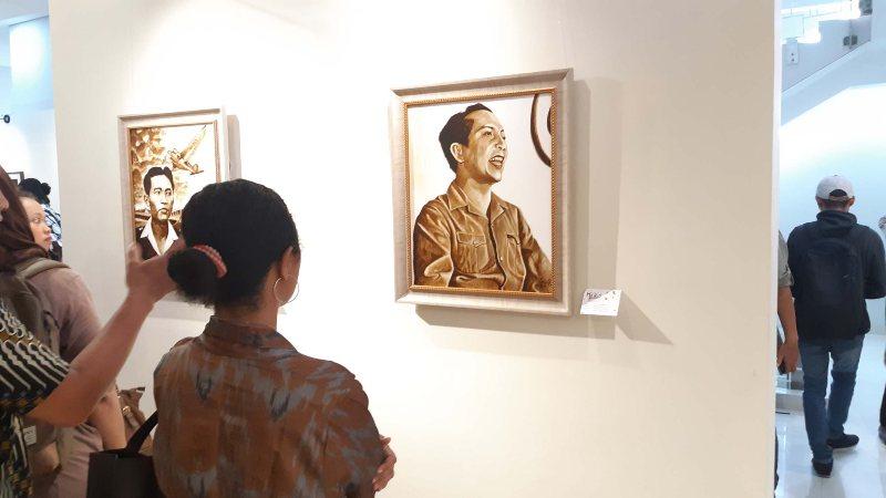 Suasana pameran Coffee in Hero, yang menggunakan media ampas kopi di atas kanvas, di Museum Basoeki Abdullah, Jakarta, yang digelar pada 5-12 November 2019. - Bisnis/Dionisio Damara