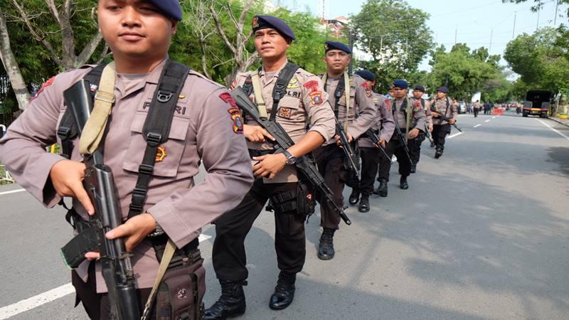 Personel Brimob Polri berjalan menuju Mapolrestabes Medan pascabom bunuh diri di Sumut, Rabu (13/11/2019). - Antara