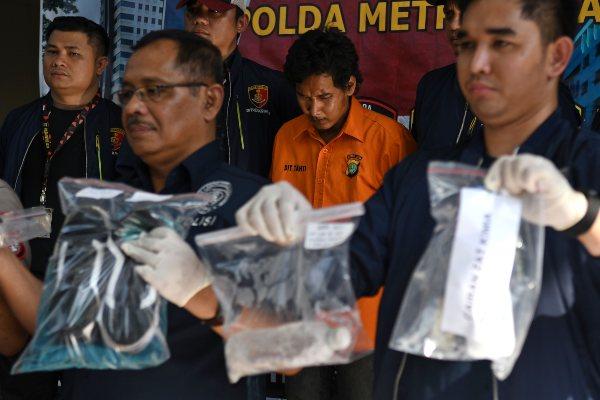 Polisi menunjukkan tersangka penyiraman air keras, FY, saat rilis kasus tersebut di Mapolda Metro Jaya, jakarta, Sabtu (16/11/2019). Polisi menangkap FY yang diduga melakukan penyiraman air keras berupa air soda api terhadap sembilan orang korban di tiga lokasi terpisah di Jakarta Barat. - ANTARA FOTO/Aditya Pradana Putra