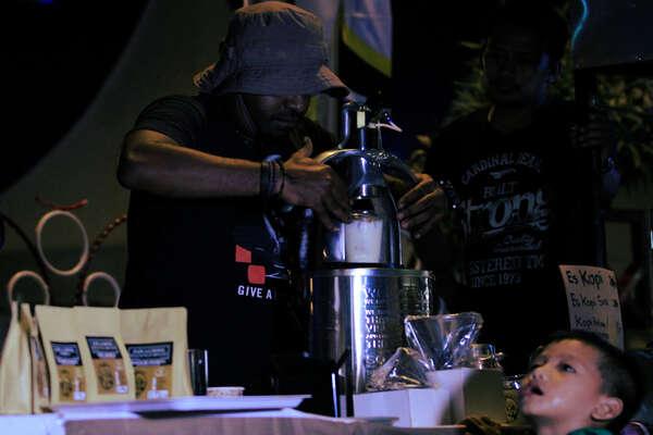 Peserta dari komunitas kopi Kota Jayapura meracik kopi saat mengikuti fesival kreatif Numbay di Taman imbi, Kota Jayapura, Papua, Sabtu (16/11/2019). Kegiatan untuk meningkatkan potensi kreatif di Jayapura tersebut menghadirkan puluhan sanggar seni, kuliner Kota Jayapura serta cafe se-Kota Jayapura. - Antara/Gusti Tanati