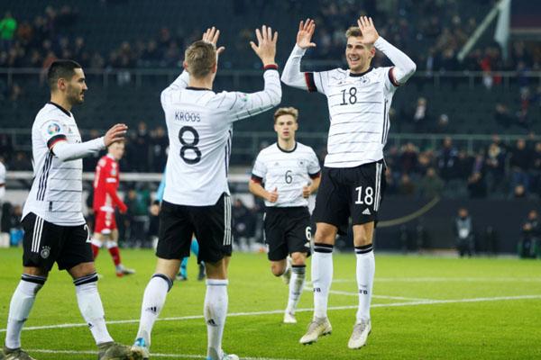 Pemain Jerman Leon Goretzka (kanan) merayakan golnya ke gawang Belarusia bersama rekan-rekan setimnya. - Reuters/Leon Kugeler