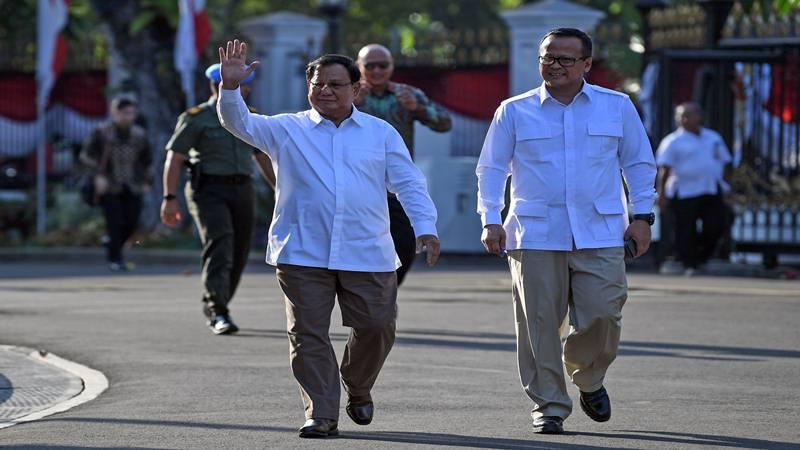 Ketua Umum Partai Gerindra Prabowo Subianto (kiri) didampingi Wakil Ketua Umum Edhy Prabowo berjalan memasuki kompleks Istana Kepresidenan, Jakarta, Senin (21/10/2019).  - Antara